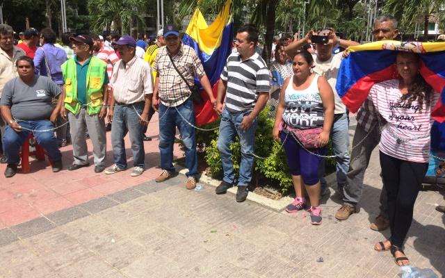 Una manera de protestar es amarrándose a los árboles del parque Santander, de Cúcuta.