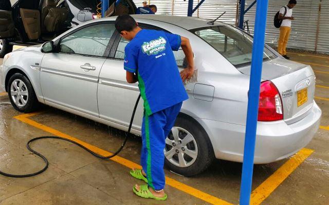 El agua potable se va por las alcantarillas de los lavaderos de vehículos.