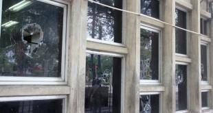 Catorce vidrios de la edificación resultaron rotos luego del ataque vandálico para protestar por las acciones oficiales.