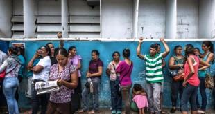 Centenares de personas con síntomas de malaria llenan las salas de espera de una clínica en Ciudad Guayana, en mayo. Credit Meridith Kohut para The New York Times