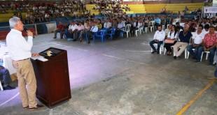 La administración municipal apoya con becas a los jóvenes de la ciudad para que se formen profesionalmente y espera aumentar a mil el número de cupos en el próximo semestre.