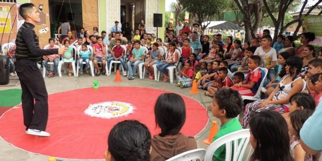 La felicidad en el rostro de los menores la produjo el Teatro Manotas con sus espectáculos de magia, malabares y payasos.