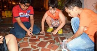 Los niños acostumbraban a correr libremente, saltar a la cuerda, jugar fútbol, incluso, utilizar los juegos de mano para divertirse y crear una cultura infantil callejera.
