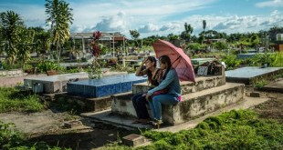 Yamilet Lugo, a la izquierda, visitó en septiembre la tumba de su hijo Kevin Lara Lugo, quien falleció en julio cuando cumplía 16 años. La familia pasó tres días sin comer y el joven se enfermó después de ingerir la yuca que consiguió en un campo abandonado.
