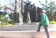 La escultura, compuesta de cuatro obeliscos que representan al Ejército, la Armada, la Fuerza Aérea y la Policía, está elaborada solo con llantas.