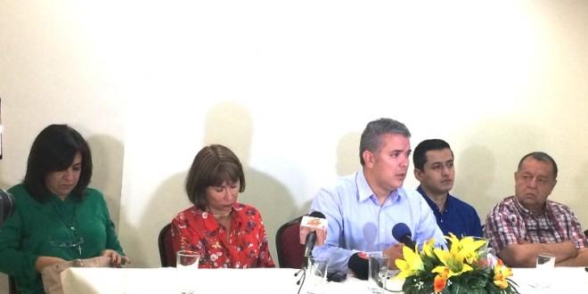 En la visita de Iván Duque, Basilio Villamizar y Milla Romero estuvieron cada uno en una orilla, con varias sillas de por medio. / Foto: www.contraluzcucuta.co