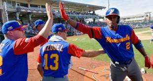Omar Vizquel, al centro, el entrenador de Venezuela en el Clásico Mundial de Béisbol, a menudo visita su patria pero muchos jugadores extreman sus medidas de seguridad por el caos económico y político del país.  / Foto: John Sleezer/Kansas City Star, vía Associated Press