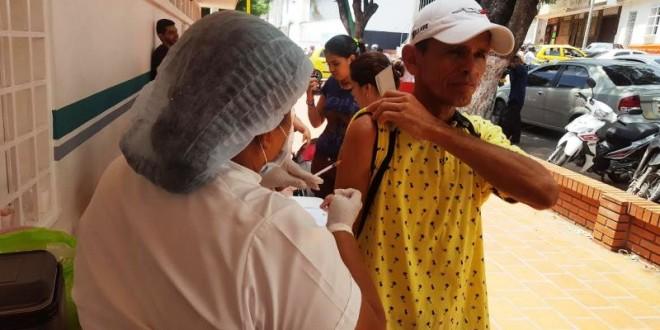 La vacunación se hace a los niños mayores de 18 meses y adultos menores de 60 años. / Foto: PRENSA ALCALDÍA