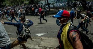 Miles de manifestantes tomaron las calles de Venezuela para manifestar su descontento con el gobierno. Las fuerzas de seguridad reprimieron la protesta con balas de goma y gas lacrimógeno.  / MERIDITH KOHUT para The New York Times