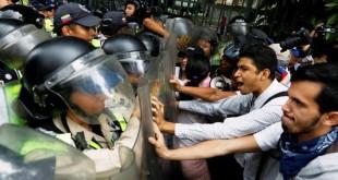 Los partidarios de la oposición se enfrentaron a las fuerzas de seguridad el viernes, mientras protestaban contra el presidente Nicolás Maduro en Caracas, Venezuela. Foto: Carlos Garcia Rawlins / Reuters