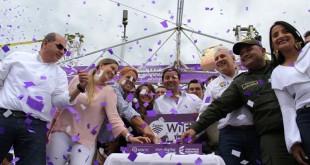 El alcalde y el ministro firmaron el decreto en el que se comprometen a la instalación y la regulación en infraestructura de redes para el municipio. /  Foto: RUBÉN AGUDELO