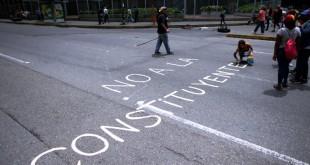 Una protesta el 10 de julio en Caracas en contra de la iniciativa del presidente Nicolás Maduro para redactar la nueva Constitución. / Foto: Ariana Cubillos/Associated Press