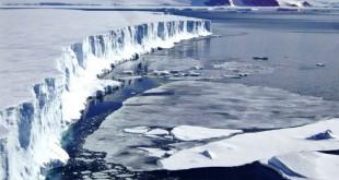 El iceberg pesa un billón de toneladas y tiene una superficie de 5800 kilómetros cuadrados.