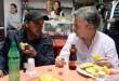El presidente Santos departe con Alonso Mogollón, vigilante de un parqueadero de tractomulas, quien le explicó los beneficios que para los usuarios tendrá la construcción de la vía Pamplona – Cúcuta. / Foto: JUAN DAVID TENA - SIG