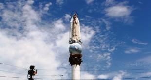 La estatua de la virgen, de 3 metros, reposa sobre una bola a manera de mundo. La estructura consta de una columna en concreto de 10 metros de alta.  /  Foto: Especial para www.contraluzcucuta.co